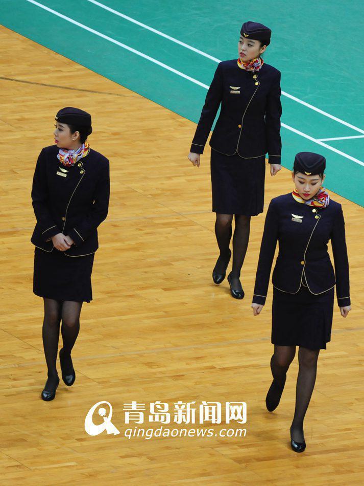 高清:高颜值空姐现青岛主场 林丹出场拍照不停