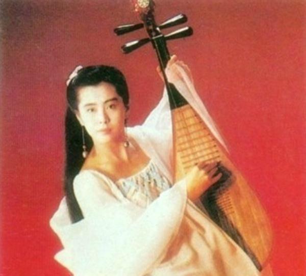 犹抱琵琶半遮面,转轴拨弦三两声,未成曲调先有情。 白居易《琵琶行》 琵琶,被称为弹拨乐器之王,虽然不知道吉他贝斯算什么,但琵琶确实是东亚传统弹拨乐器,通常有五弦和四弦之分,有两千多年的历史。古装剧里的女性角色们都非常热爱这个乐器,可能是因为抱着琵琶的时候显得脸小吧。 《新仙鹤神针》中关之琳饰演的蓝小蝶,  《鸿门宴》中刘亦菲饰演的虞姬,  《王朝的女人杨贵妃》中范冰冰饰演的杨贵妃,  《倩女幽魂》里王祖贤饰演的小倩,  个个都是琵琶高手,虽然可能没有一个人真的会弹琵琶。 就在这一众美女当中,琵琶