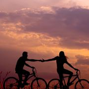春日晚风,我们骑着单车去看日落。